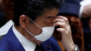 Prime Minister Shinzo Abe wore a cloth face mask, like those to be sent to Japanese households, in a parliamentary session Wednesday. © Reuters